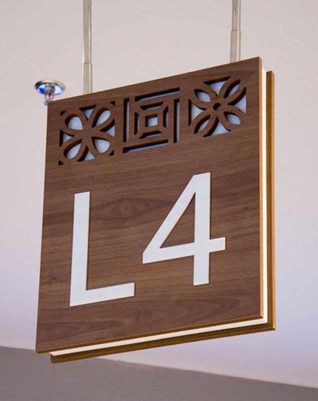 تابلو راهنمای آویز چوبی تابلوسازی برند تابلو